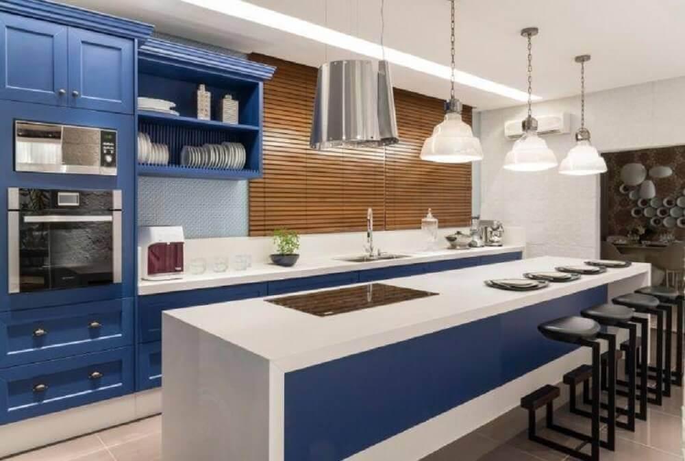 cozinha planejada azul e branca decorada com pendentes sobre a ilha Foto Finat Moveis Ind Com Ltda