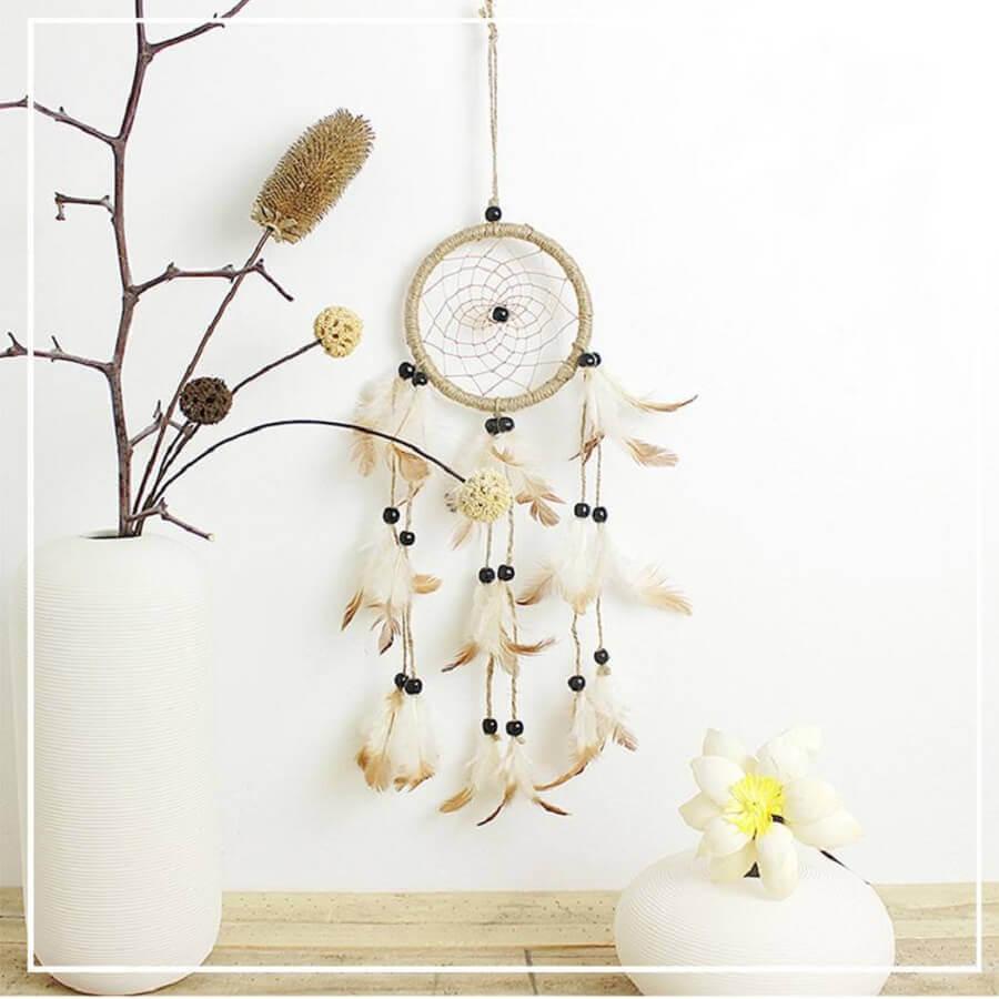 decoração clean com filtro dos sonhos e vaso branco com galho de árvore Foto DHgate