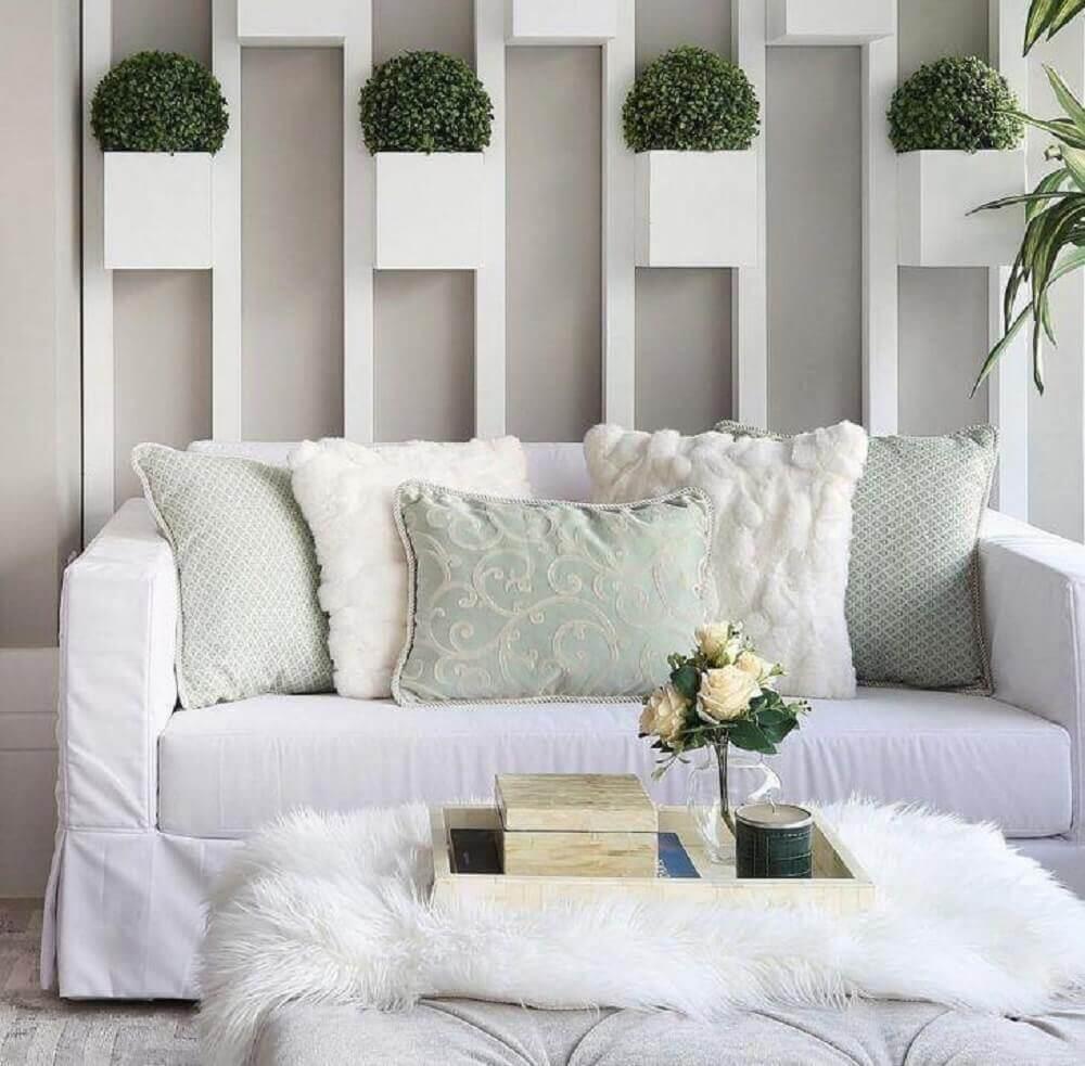 decoração clean com sofá para sala pequena e pequenos nichos com vasinhos de plantas Foto Monise Rosa