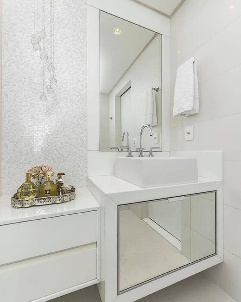 decoração clean para banheiro com nanoglass e armário espelhado Foto Pinterest