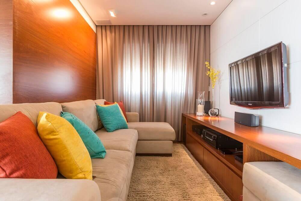 decoração com almofadas coloridas para sofá para sala de tv pequena Foto Luciana Latorre