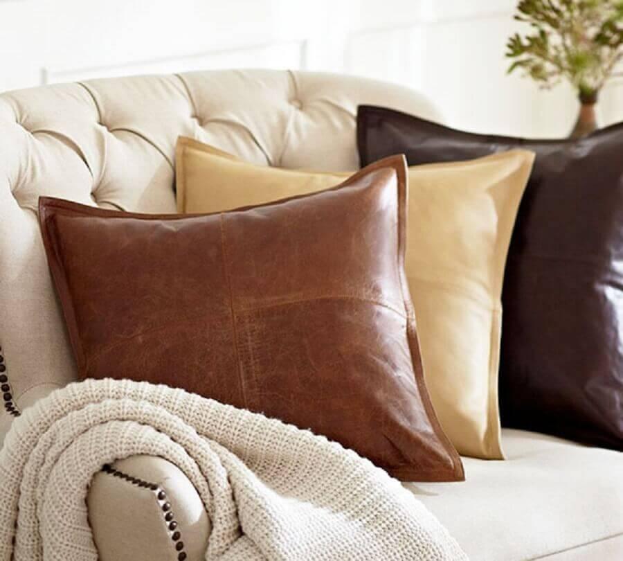 decoração com almofadas de couro Foto Iaza Blog