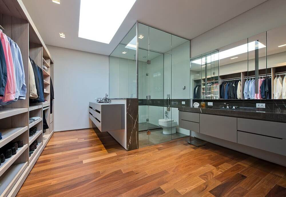 decoração com box de vidro para quarto com closet e banheiro Foto Leonardo Muller