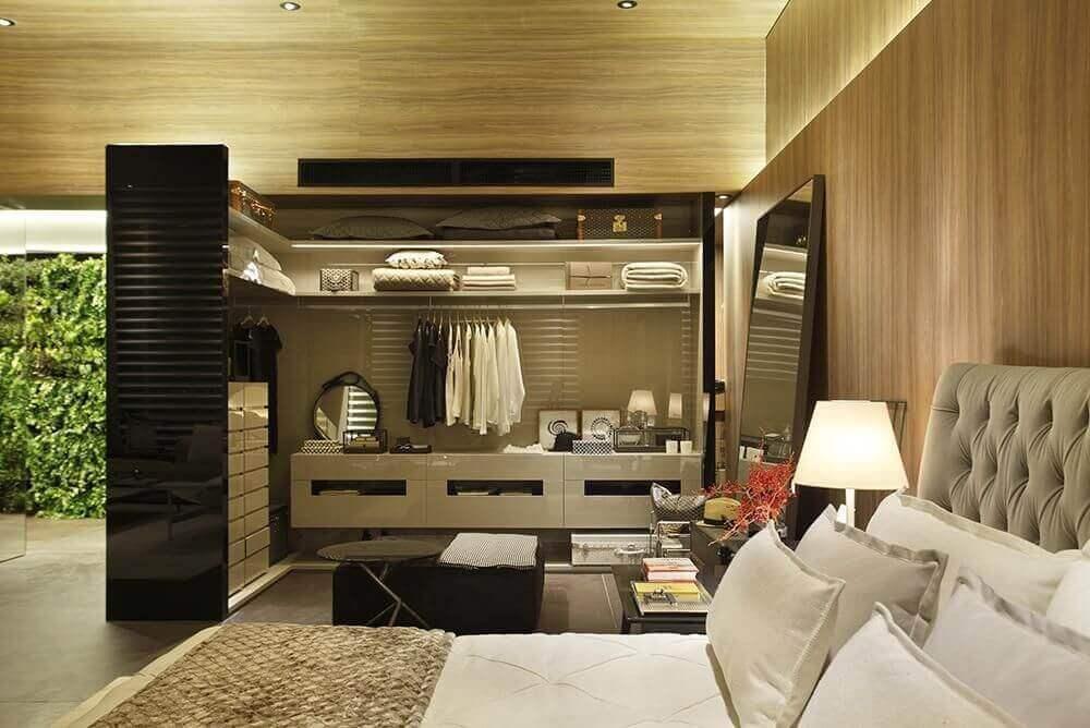 decoração com cabeceira capitonê para quarto com closet integrado Foto Izabela Lessa