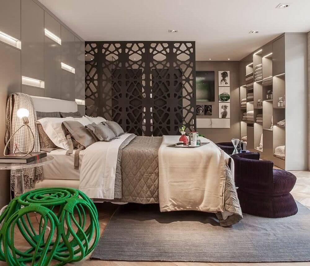 decoração com divisória diferente para quarto de casal com closet Foto DZnho