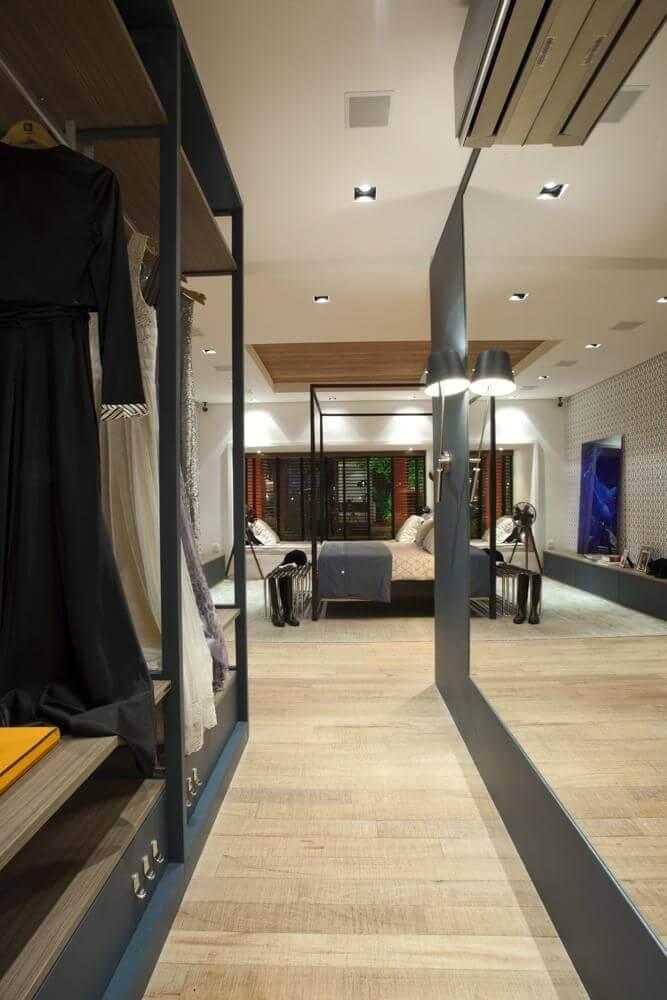 decoração com espelho grande para quarto com closet pequeno Foto Olegário de Sá & Gilberto Cioni