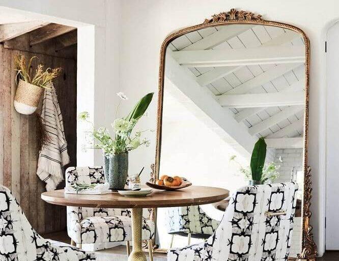 decoração com espelho grande para sala de jantar com moldura clássica  Foto BYKir Design