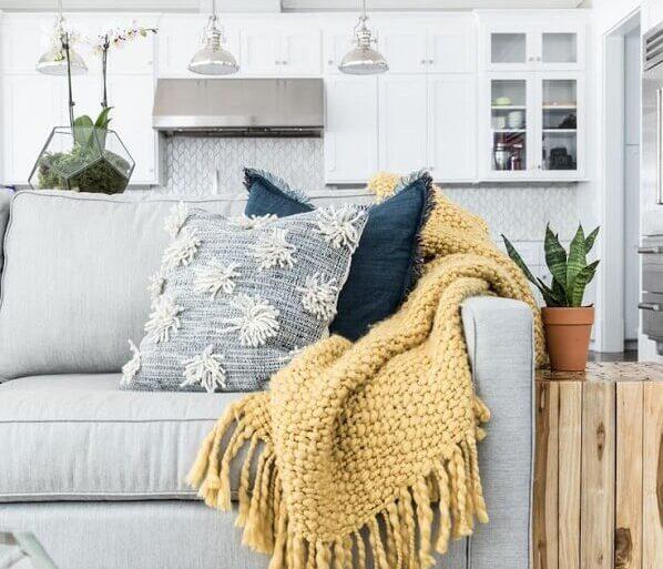 decoração com manta de crochê para sofá cinza  Foto We Heart It