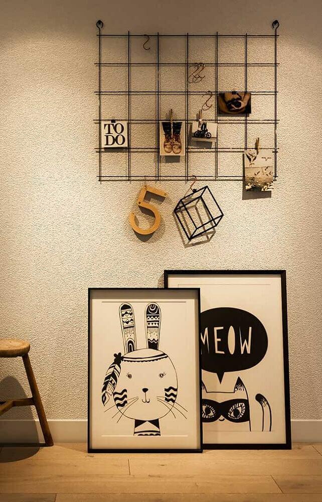 decoração com painel aramado e quadros grandes Foto Pinterest