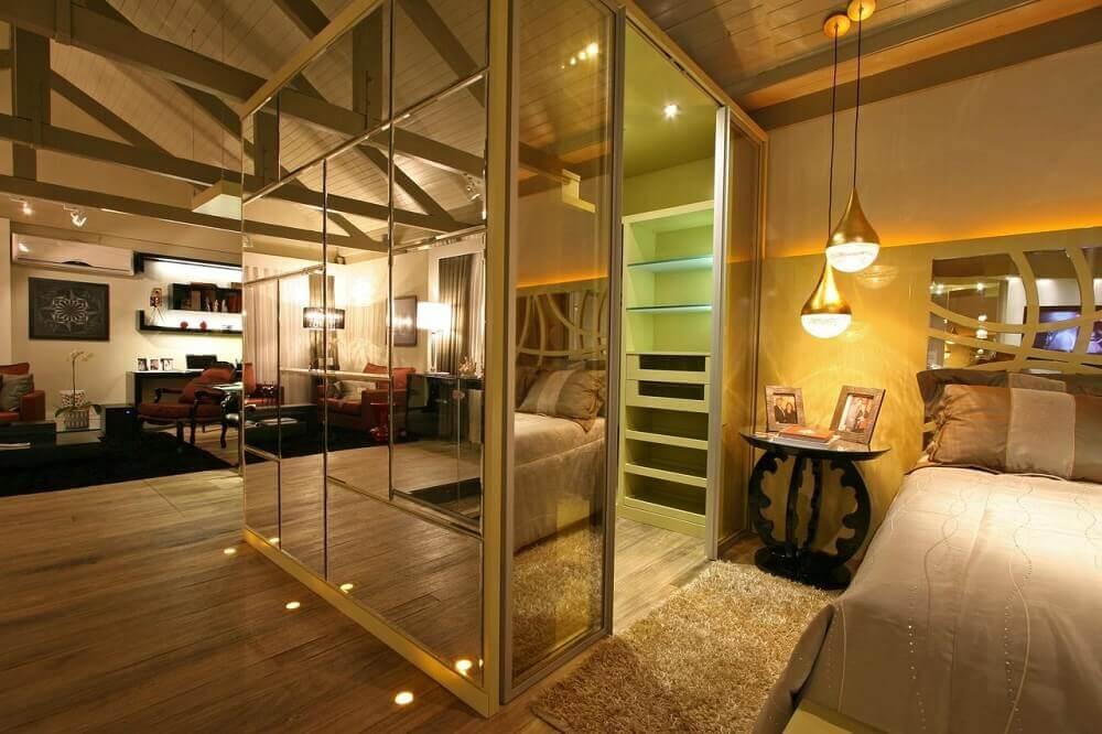 decoração com paredes espelhadas para quarto de casal com closet Foto Greice Alburque