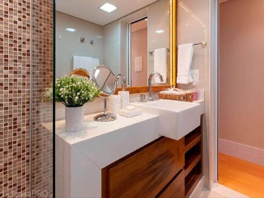 decoração com pastilhas de banheiro armário de madeira planejado e bancada nanoglass Foto Maurício Guimarães