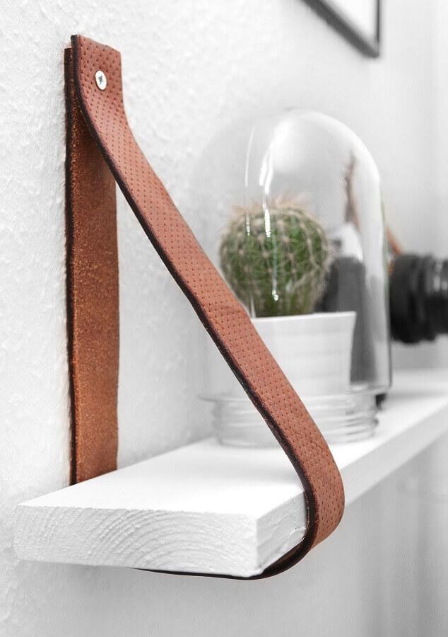 decoração com prateleira com fita de couro Foto Pinterest