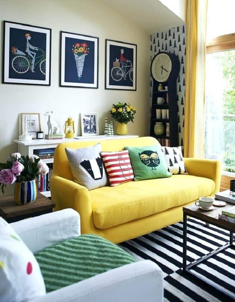 decoração com sofá amarelo para sala pequena com tapete listrado preto e branco Foto Rustism Interior