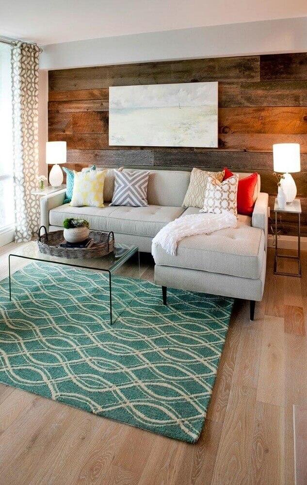 decoração com sofá em l para sala pequena com revestimento de madeira para parede Foto The Holk