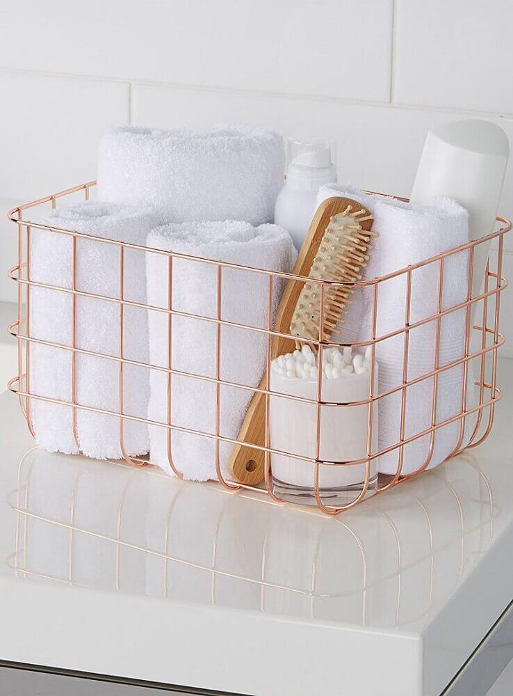 decoração de banheiro com cesto aramado rose gold Foto Pinterest