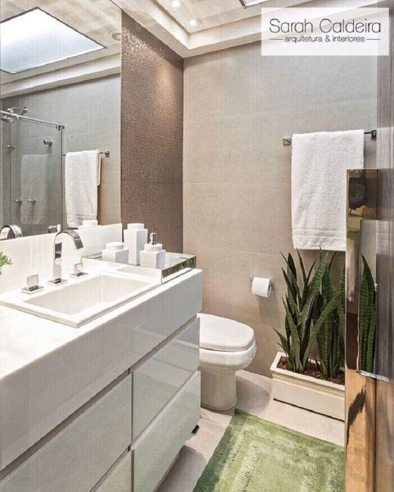decoração de banheiro pequeno com vasos de plantas e bancada nanoglass Foto Sarah Caldeira