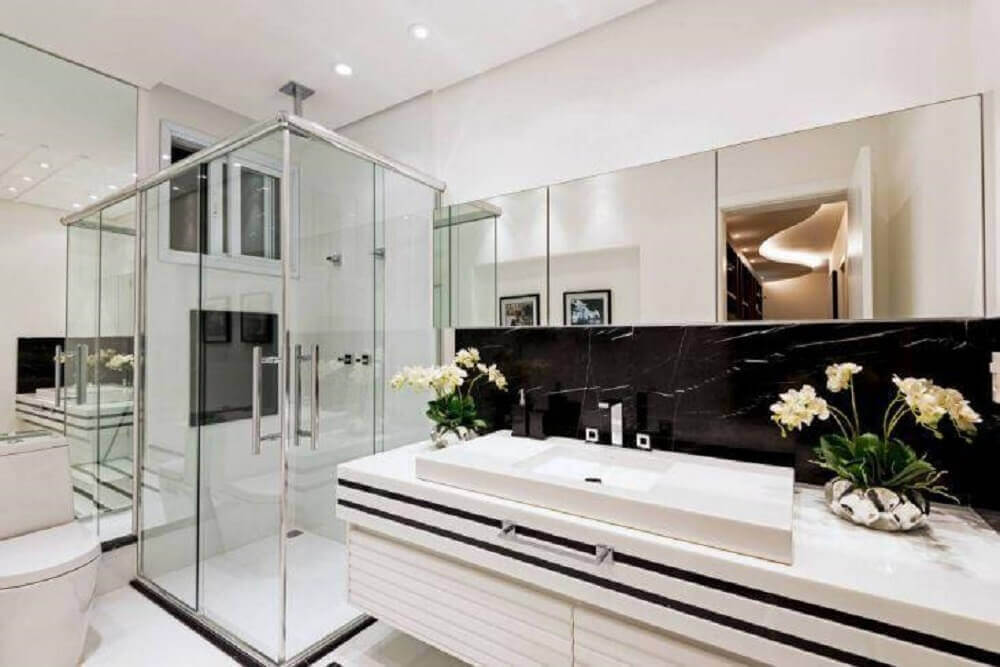 decoração de banheiro preto e branco com espelheira box de vidro e bancada de pedra nanoglass Foto Iara Kílaris