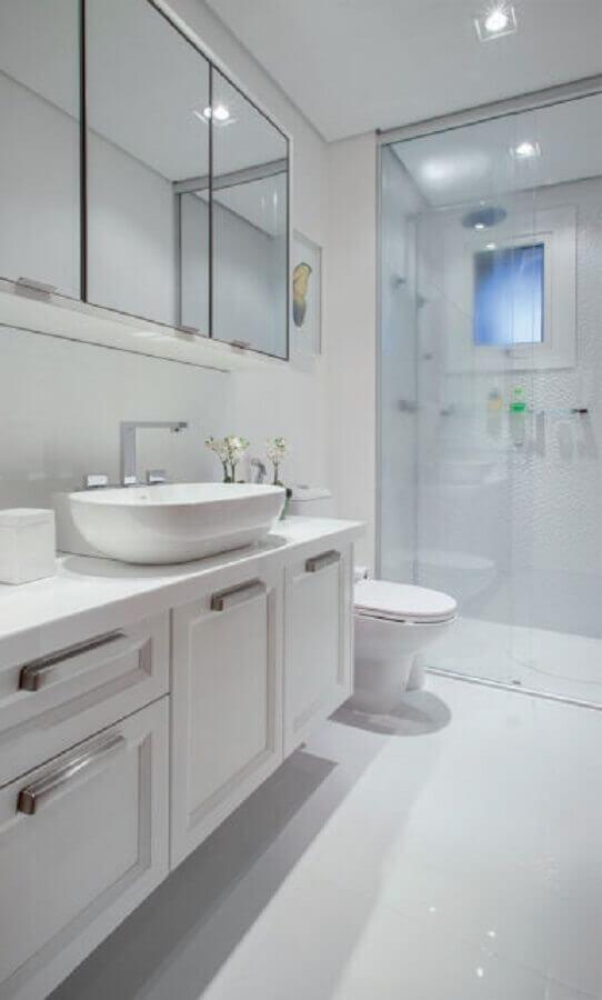 decoração de banheiro todo branco com espelheira e pedra nanoglass Foto Pinterest