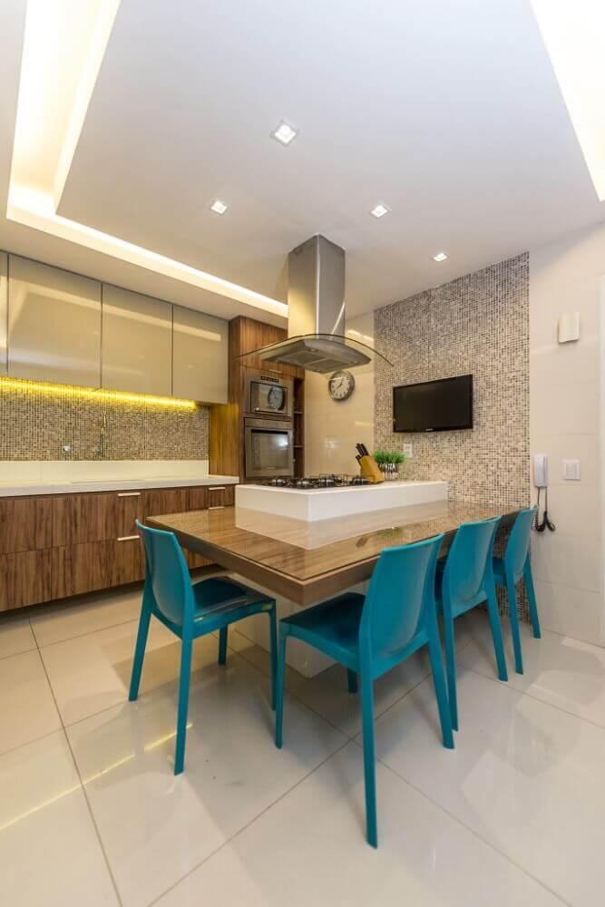 decoração de cozinha com cadeiras azuis e bancada nanoglass Foto Pinterest