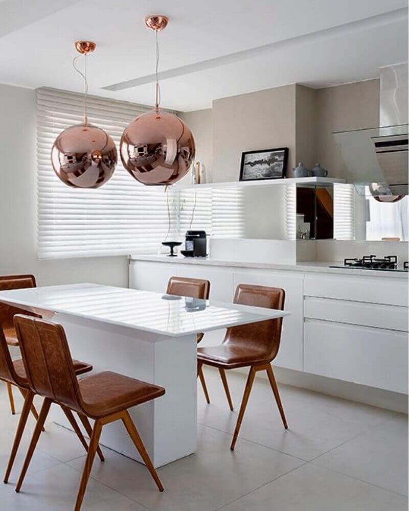 decoração de cozinha com nanoglass branco cadeiras de couro e pendentes rose gold Foto Pinterest