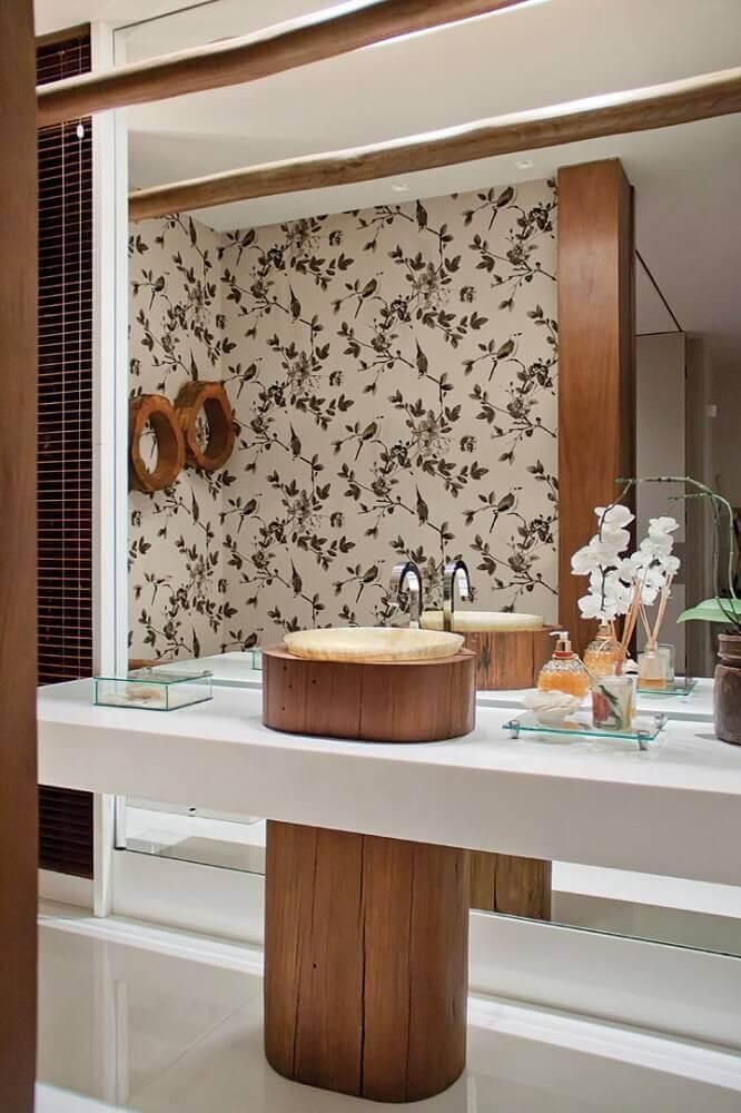 decoração de lavabo com bancada nanoglass e pia revestida de madeira Foto Construção e Design