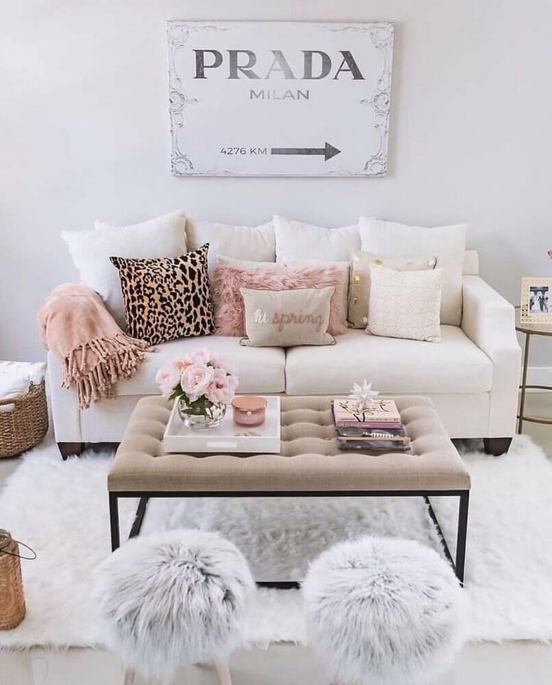decoração delicada com sofá branco para sala pequena Foto We Heart It