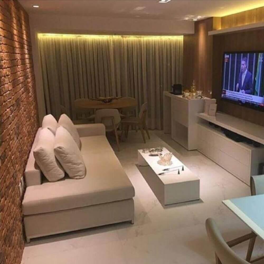 decoração em tons neutros com sofá para sala de TV pequena com parede de tijolinho Foto Joyce Stela e Leonardo Dias