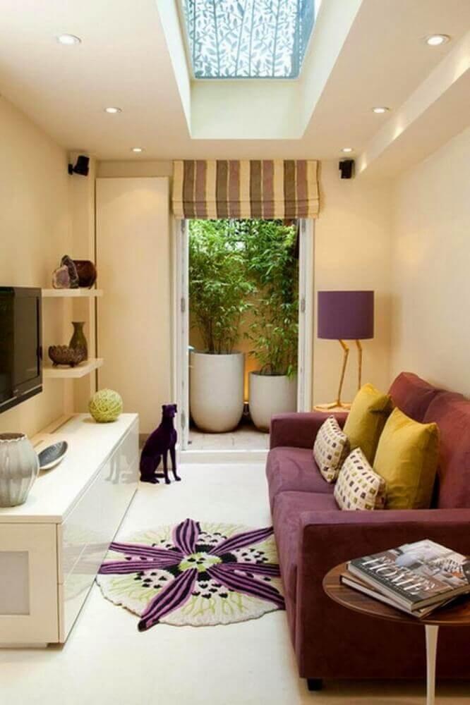 decoração em tons neutros com sofá bordô para sala de TV pequena Foto Pinterest