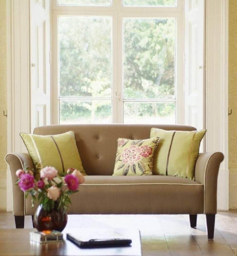 decoração em tons neutros com sofá para sala pequena Foto Istock
