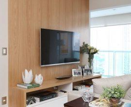 decoração em tons neutros para apartamento pequeno com painel de madeira