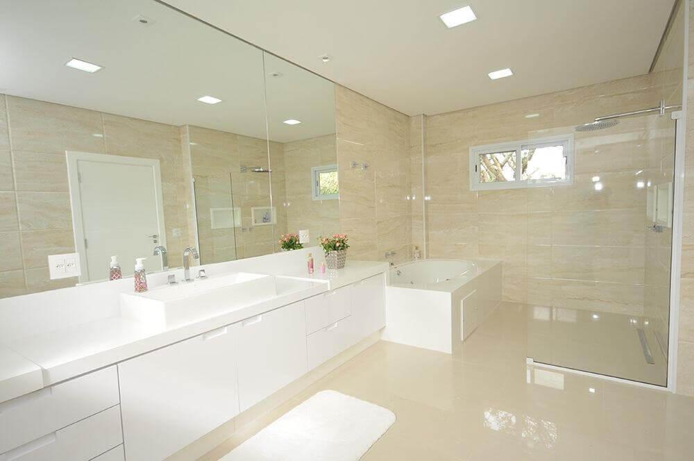decoração em tons neutros para banheiro amplo com banheira e bancada nanoglass Foto Ivango