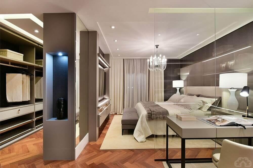 decoração em tons neutros para quarto com closet pequeno e home office Foto Pinterest