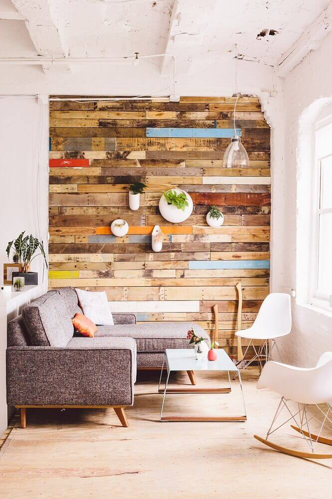 decoração escandinava com sofá de canto para sala pequena com parede revestida de madeira Foto Apartment Therapy