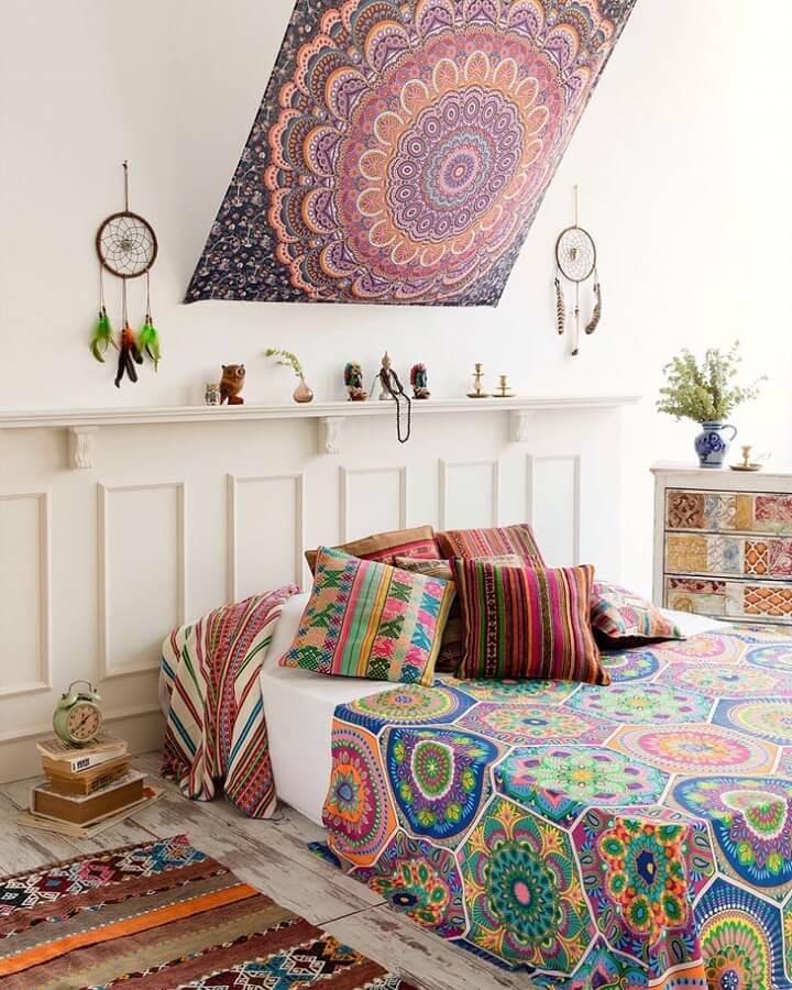 decoração hippie chique para quarto com filtros dos sonhos e tecido na cabeceira da cama Foto Hippie Vibes