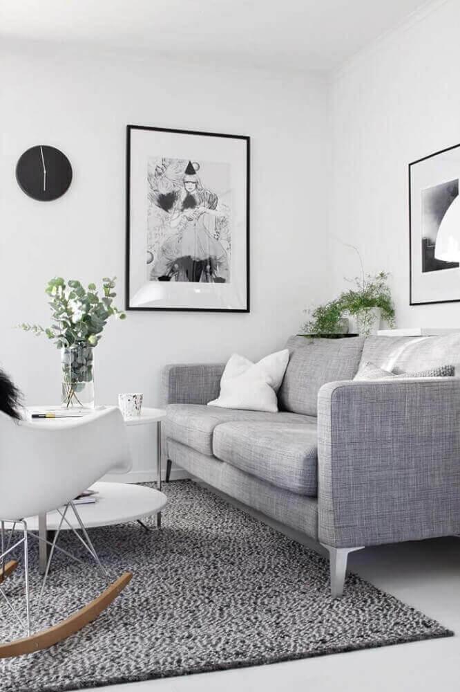 decoração minimalista com sofá para sala pequena em tons de cinza Foto The Holk