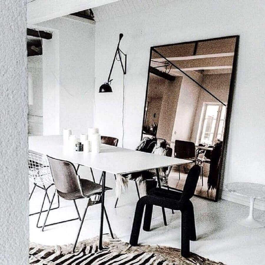 decoração minimalista para sala de jantar com espelho grande de bronze Foto Pinterest