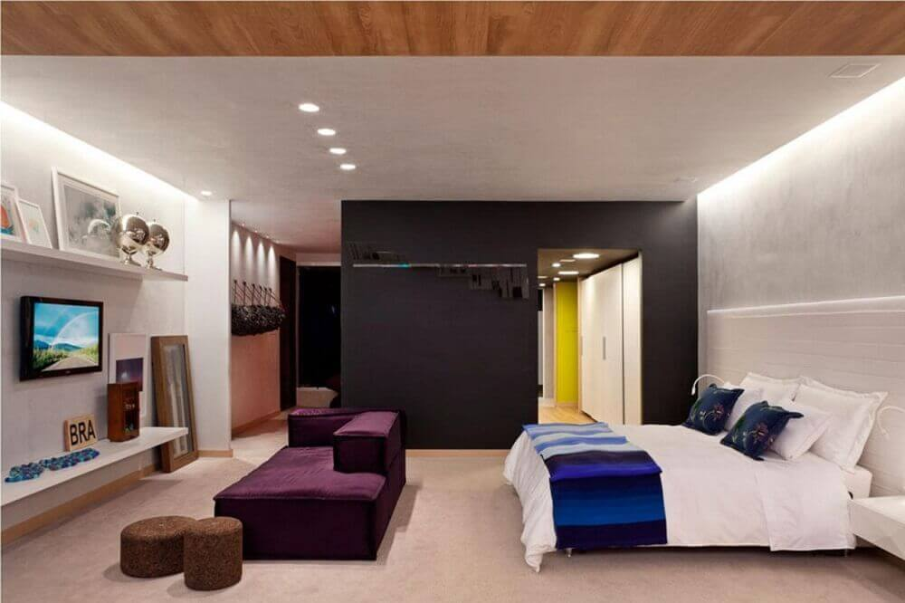 decoração moderna com sofá roxo e parede preta para quarto com closet Foto Juliana Santana