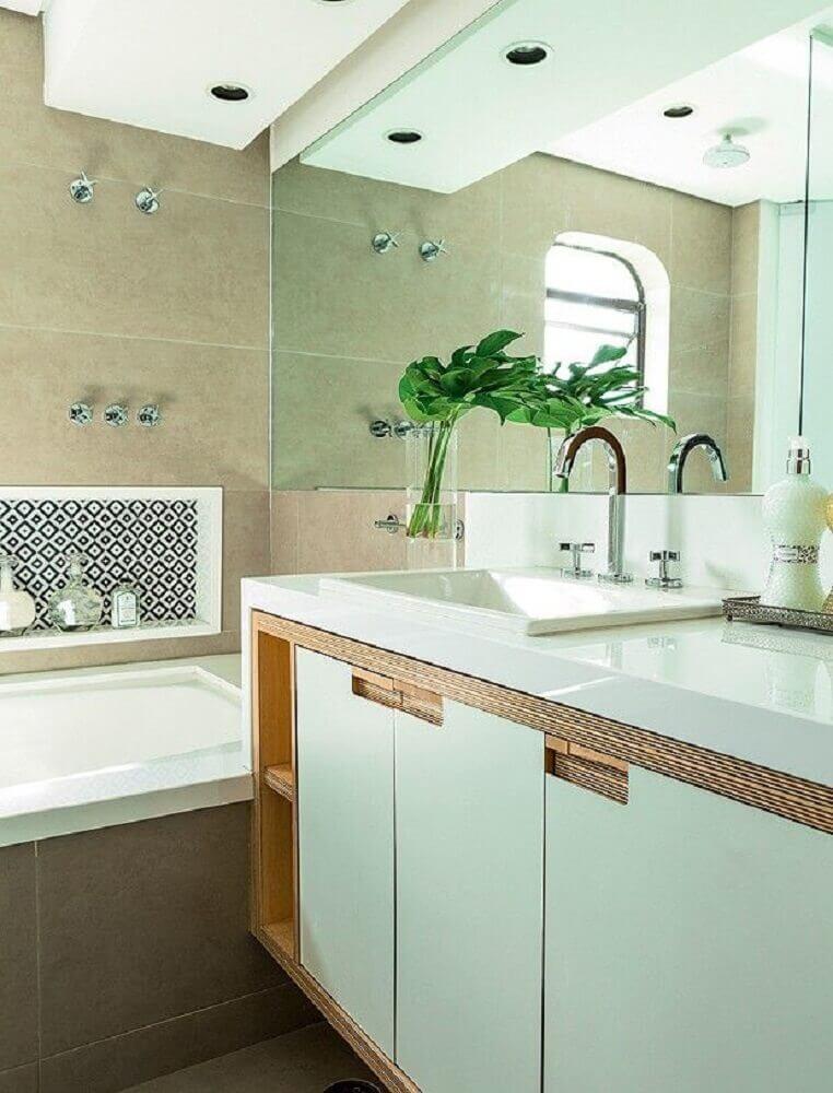 decoração para banheiro com banheira e bancada nanoglass branco Foto Pinterest