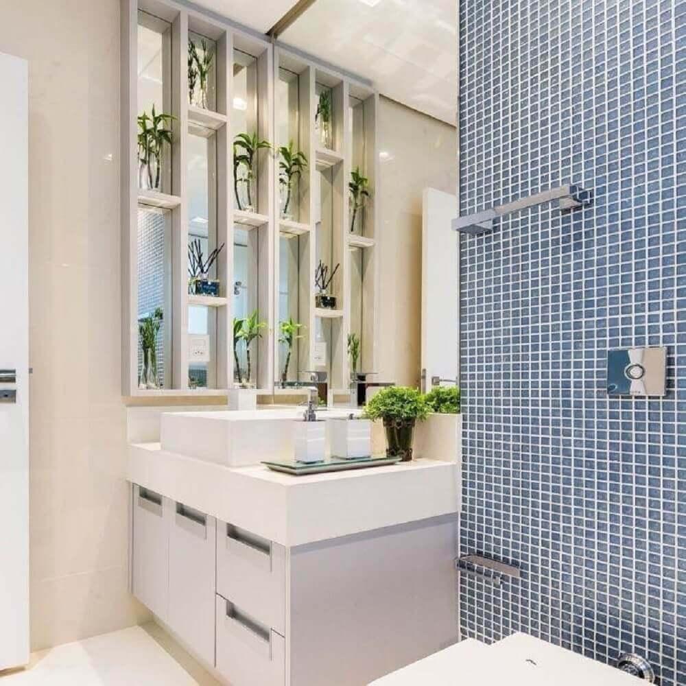 decoração para banheiro com pastilhas azuis e pedra nanoglass Foto Aaron Guides