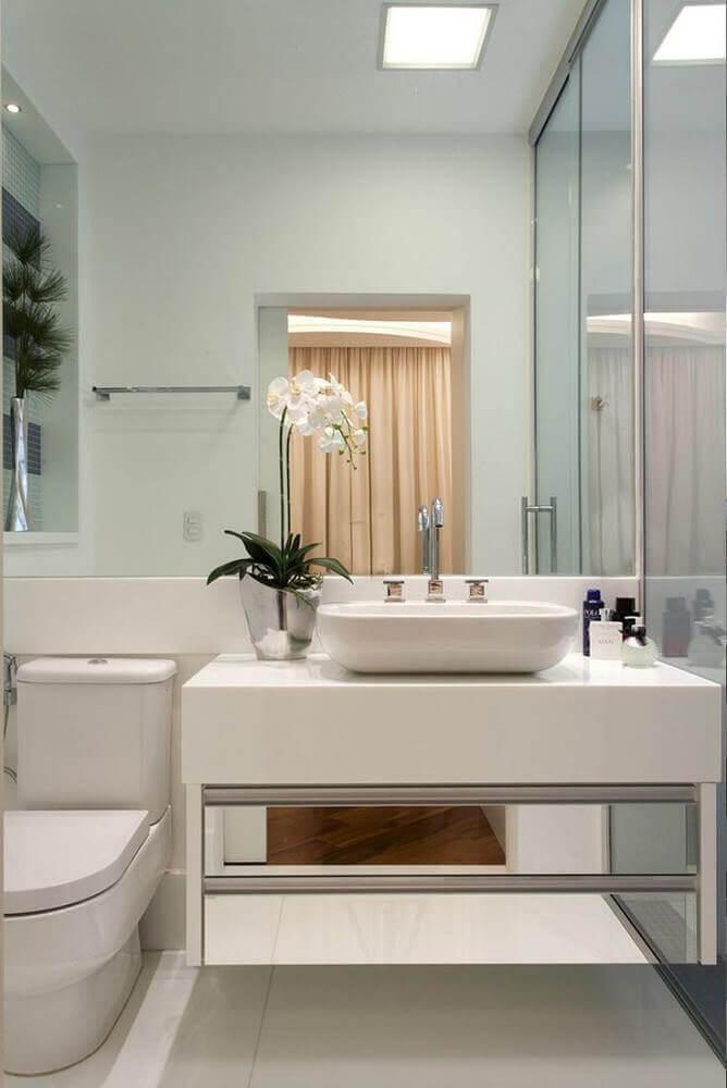 decoração para banheiro pequeno com pedra nanoglass e gaveta espelhada Foto Webcomunica