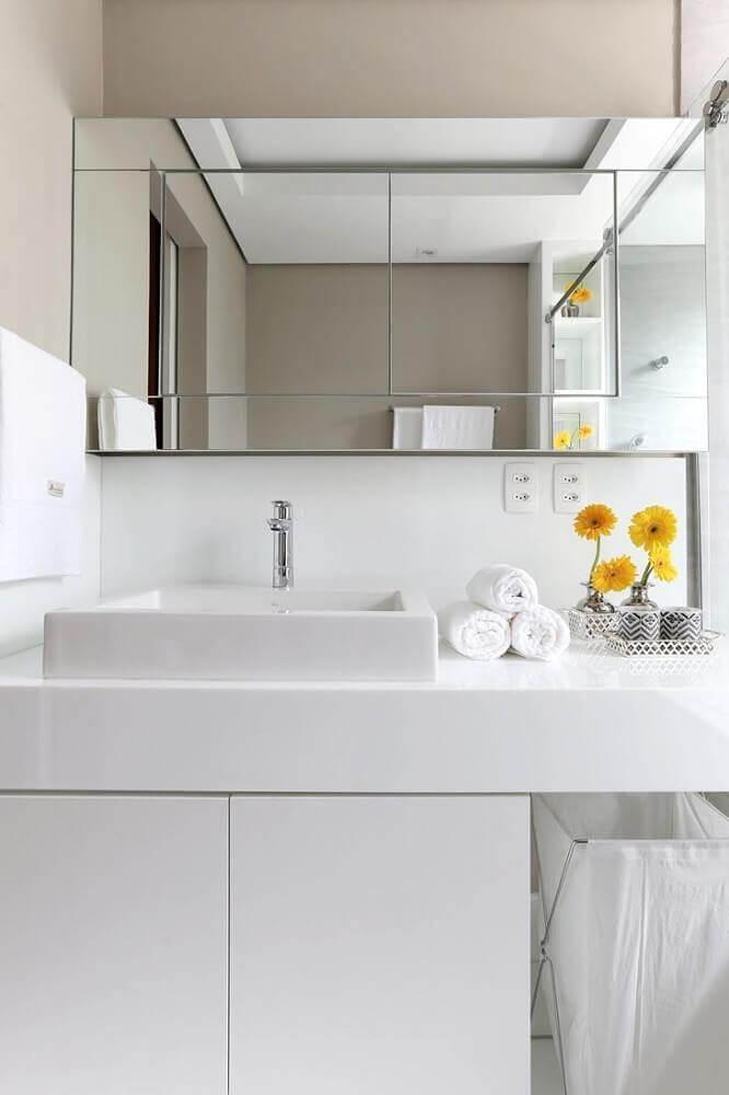 decoração para banheiro pequeno todo branco com espelheira e bancada nanoglass Foto Pinterest