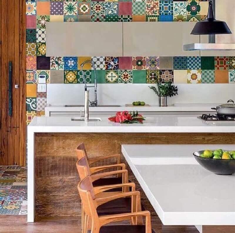 decoração para cozinha com azulejo hidráulico e ilha com nanoglass branco Foto Cocinas Modernas
