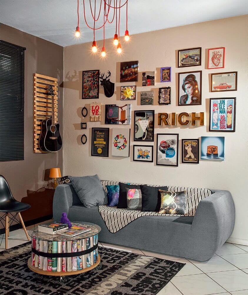 decoração para sala pequena com muitos quadros e sofá moderno pequeno Foto Aaron Guides