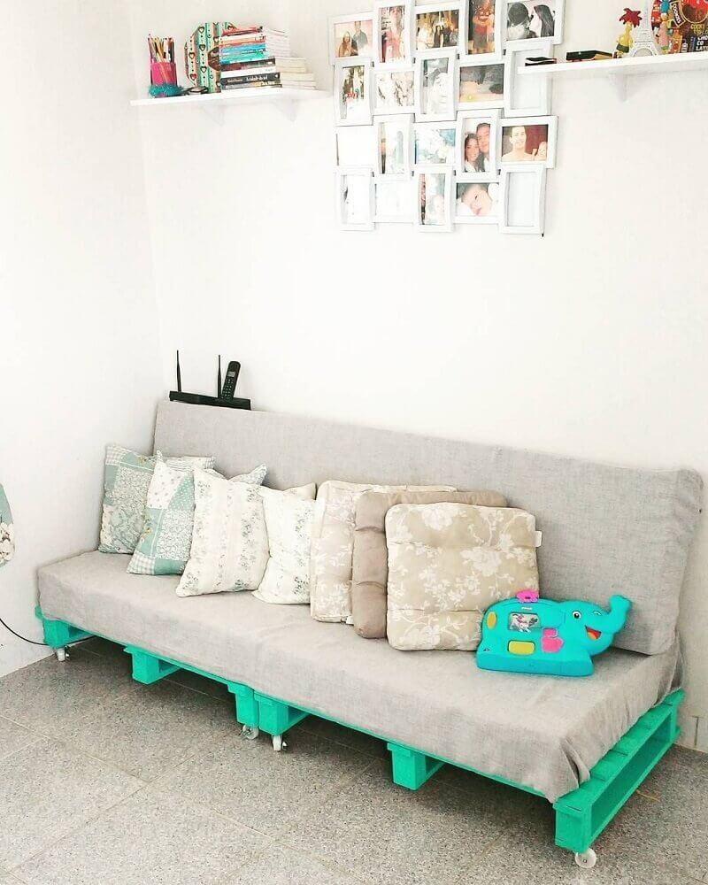 decoração simples com sofá para sala pequena feito de pallets Foto The Holk