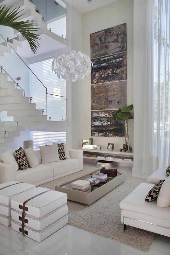 decoração sofistcada para sala ampla com sofá branco pendente moderno e piso nanoglass Foto MaxoHome