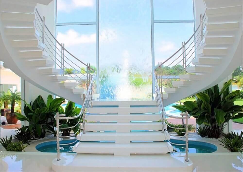 decoração sofisticada com escada de pedra nanoglass Foto Naadek Imoveis