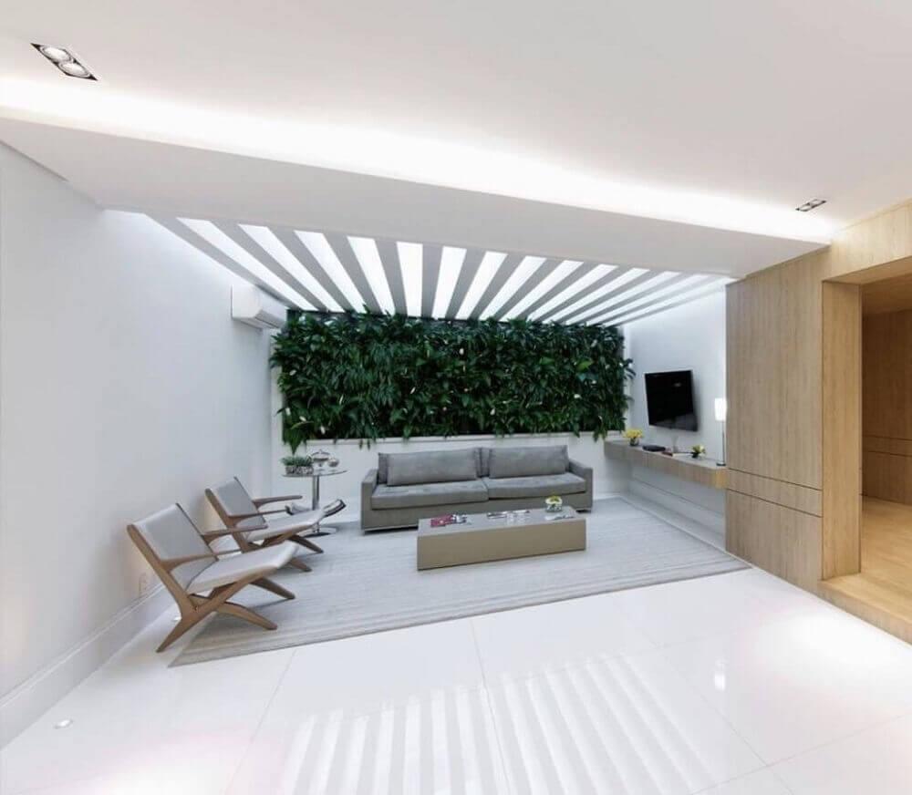 decoração varanda com piso nanoglass branco e jardim vertical Foto Pinterest