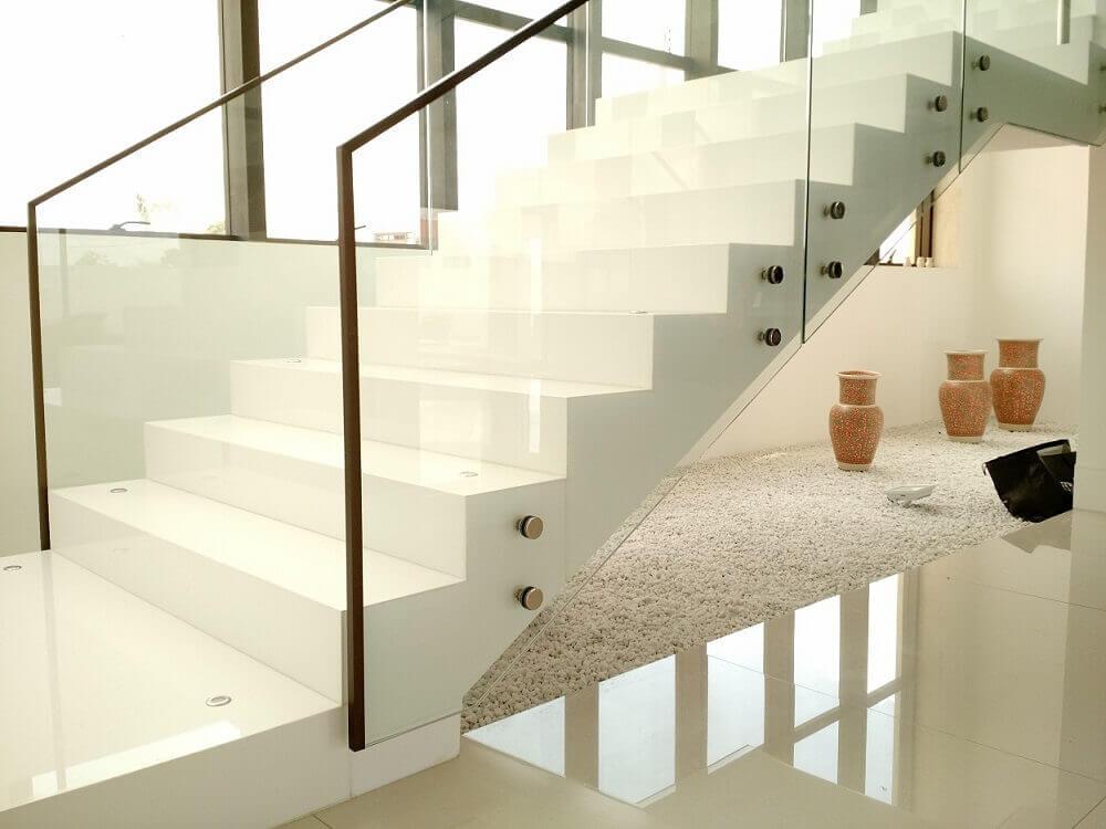 escada de pedra nanoglass e guarda corpo de vidro Foto Polipedras