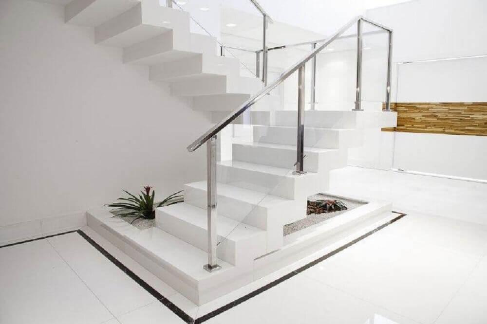 escada feita de nanoglass branco e corrimão de inox Foto FirePont