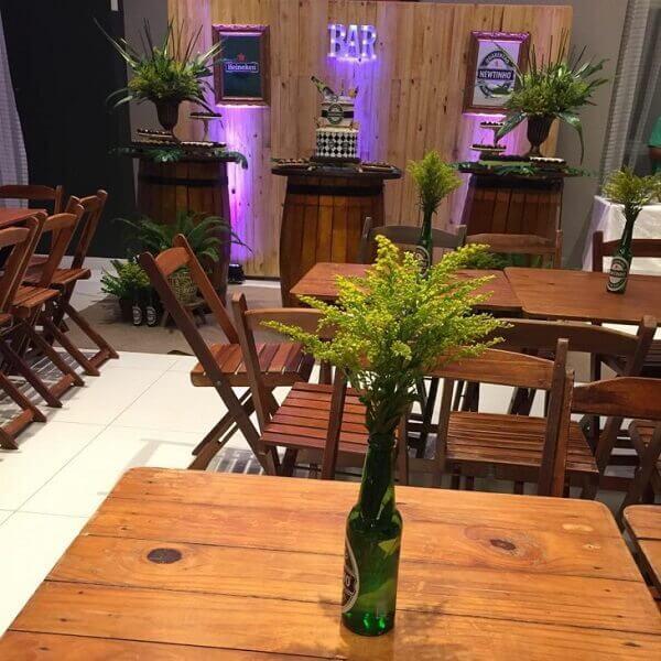 festa boteco com mesas decoradas com arranjos de flores